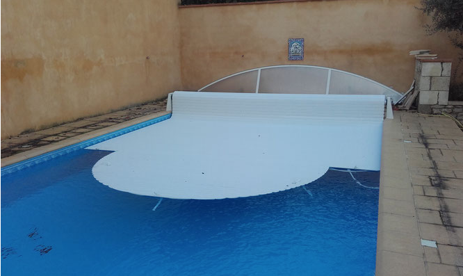 Installation d'un volet et de la couverture Ivernéa pour la protéger pendant l'hiver