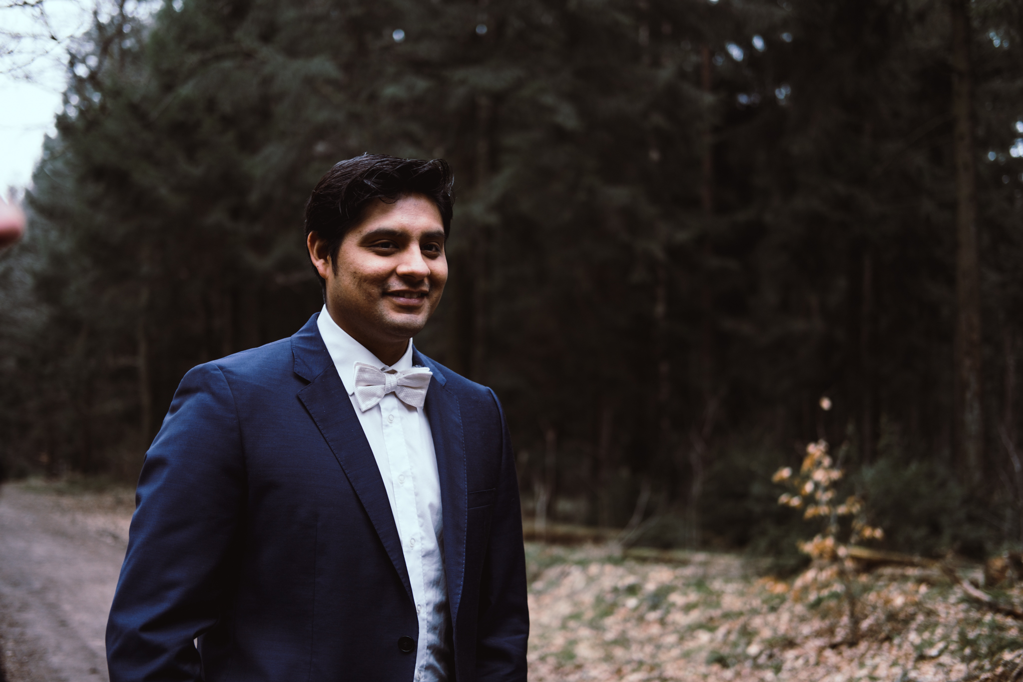 Bräutigam mit Gitarre im Wald