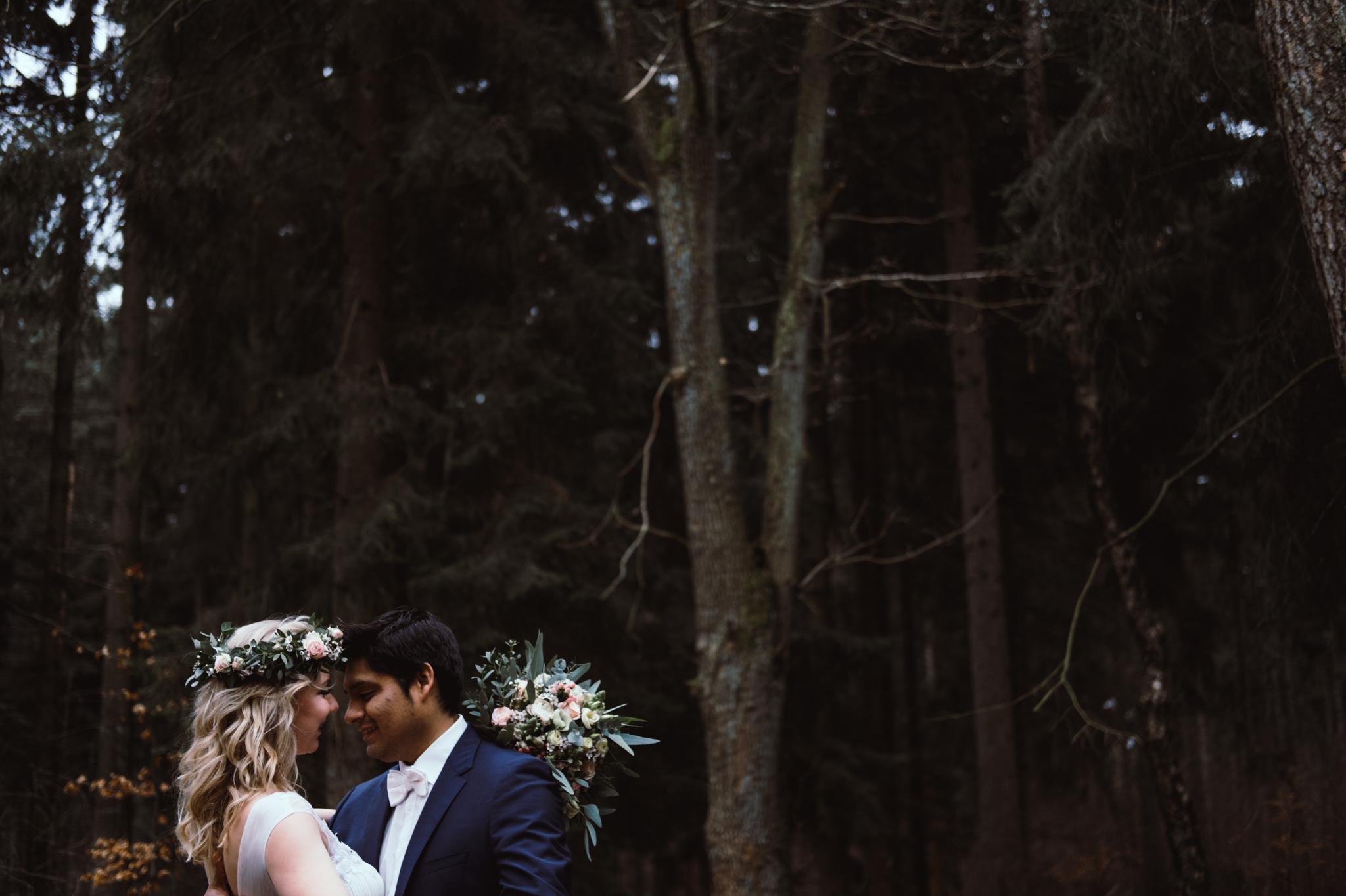 Brautpaar nah Arm in Arm Wald