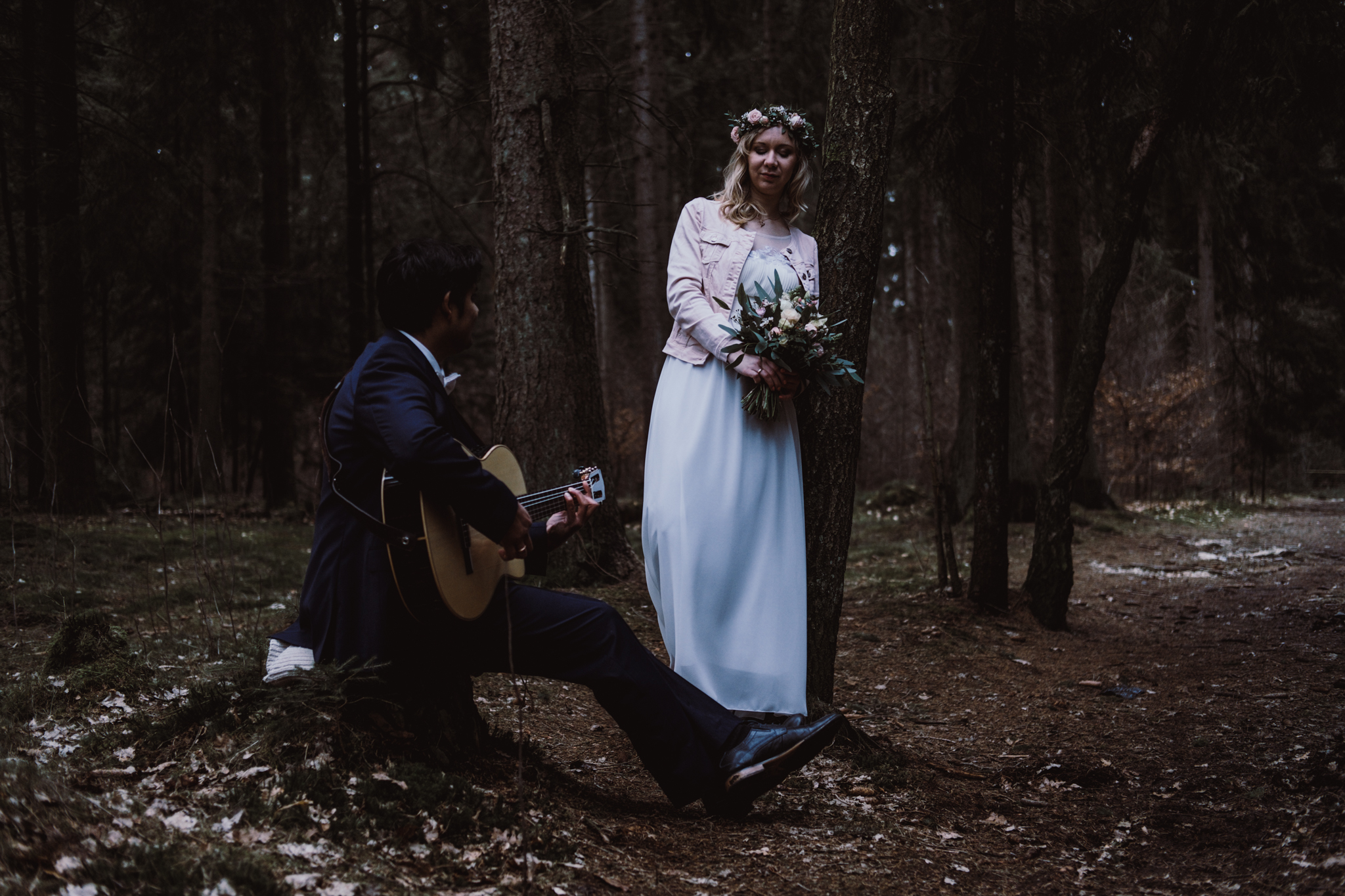 Brautpaar im Wald Bräutigam spielt Braut ein Ständchen
