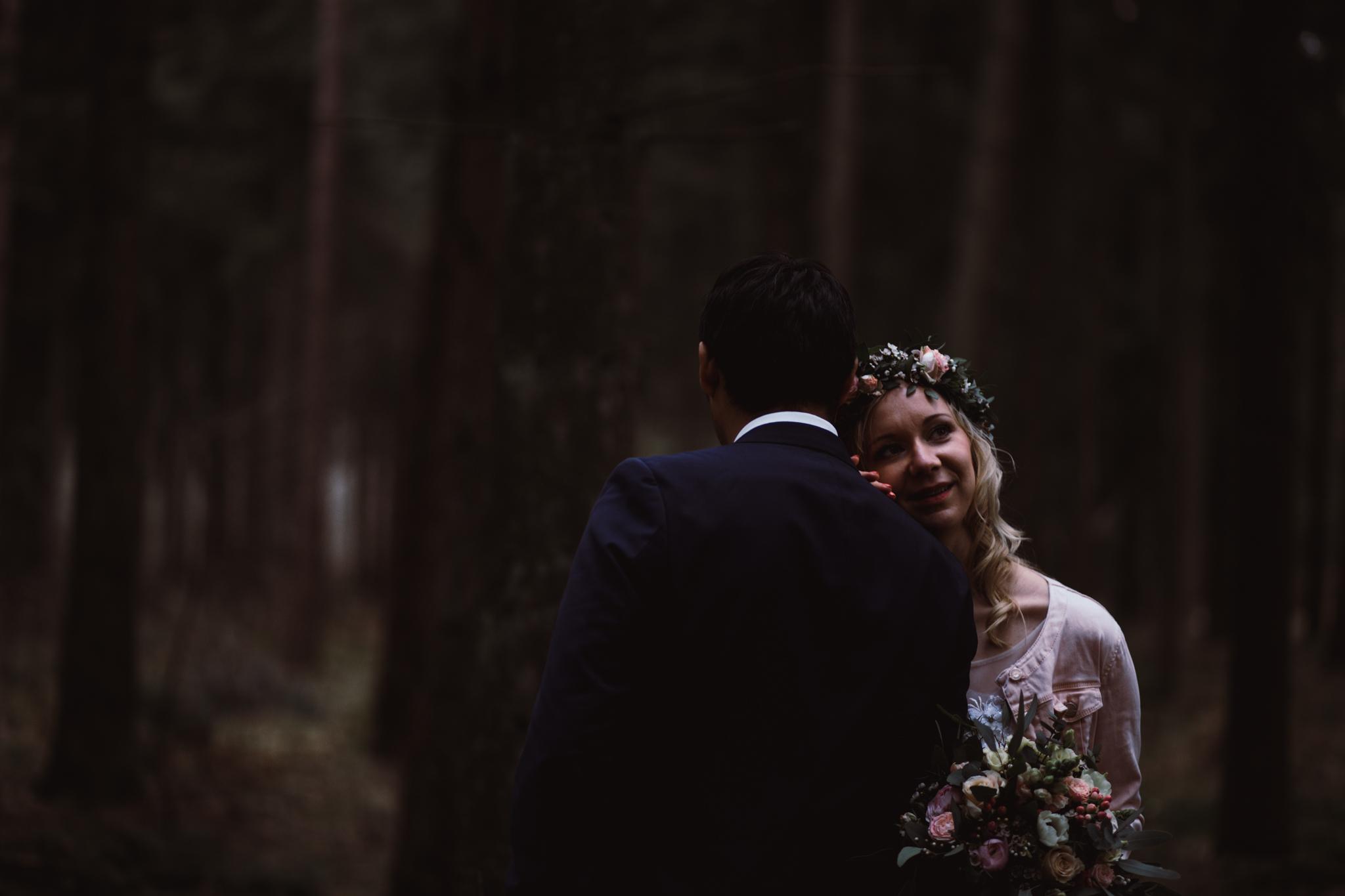 Braut lehnt sich an Bräutigam an
