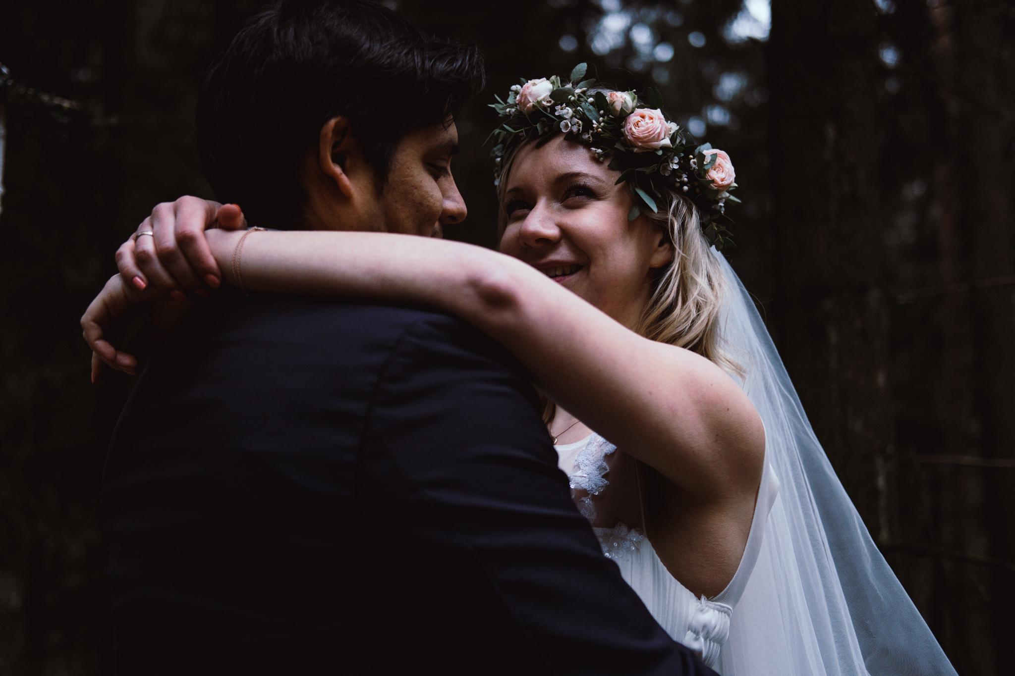 Braut Arm in Arm tanzen Wald
