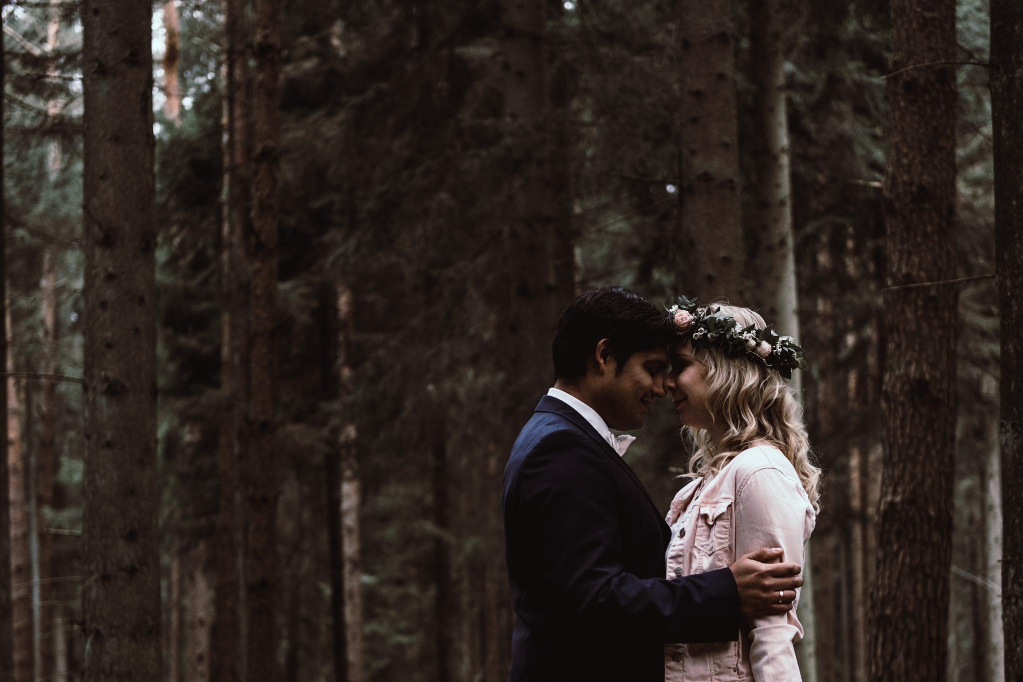 Brautpaar Umarmung Wald