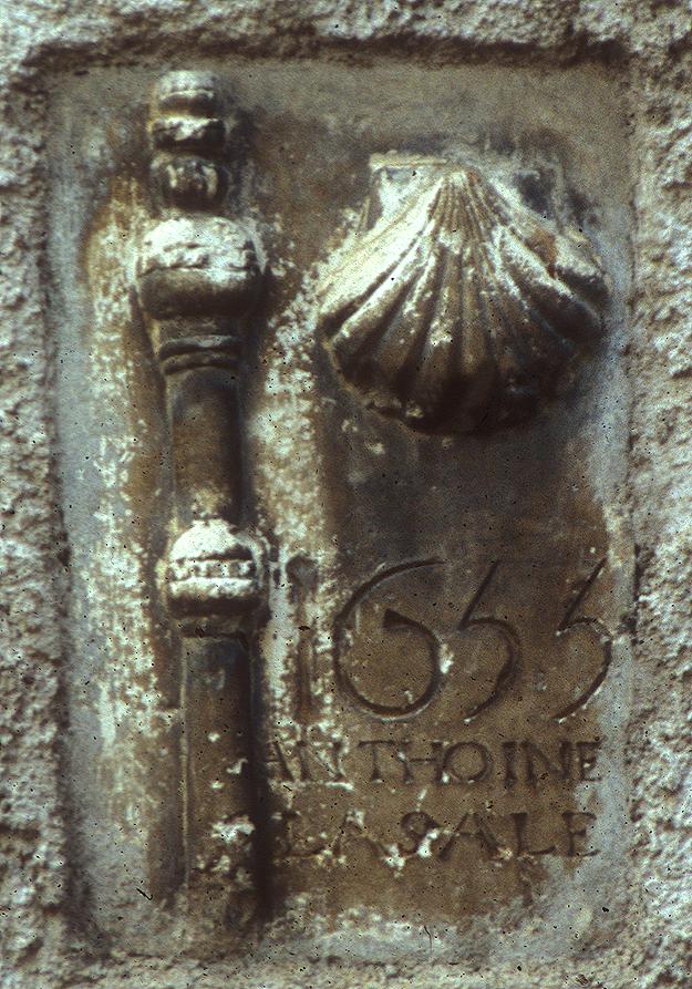 sculpture place des étendes à Saint-Lizier : coquille et bourdon de pélerin