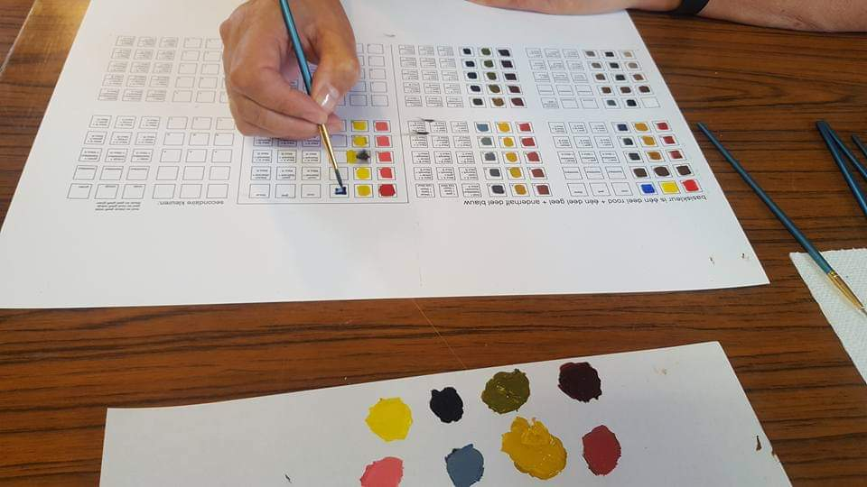 Leerlingen krijgen les in kleuren mengen