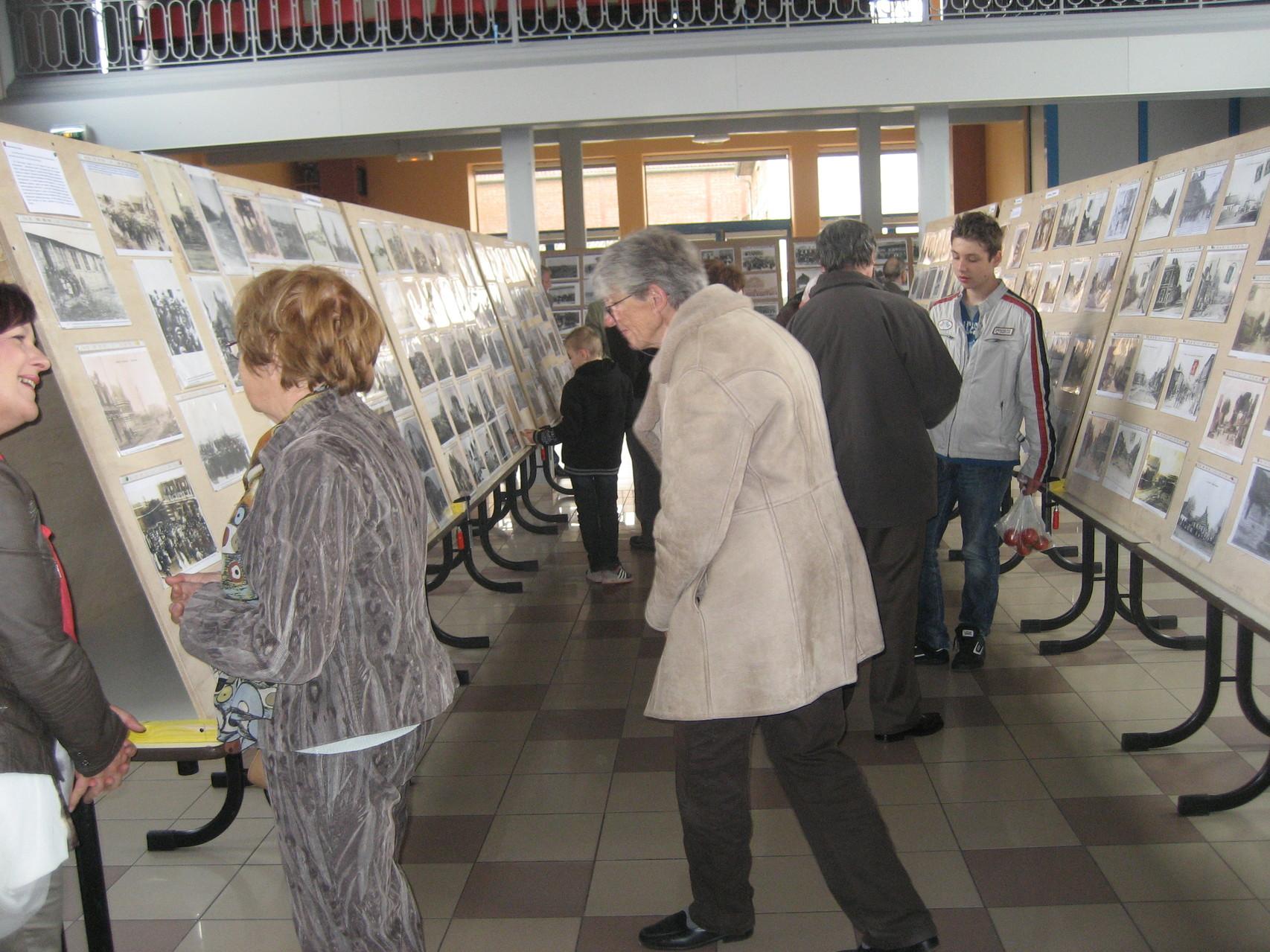 A gauche, échange entre Patricia Bethermin et Francine Delauney qui ont grandement collaboré à la réalisation de cette exposition. Au centre Denise Barreaud et à droite Léonard Cluytens qui ont proposé la visite des tours de guet