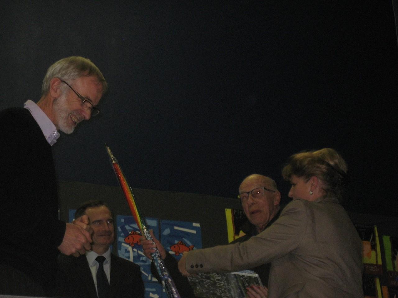 Jean-Marie Dollé reçoit le prix de Madame la conseillère régionale pour toute son oeuvre