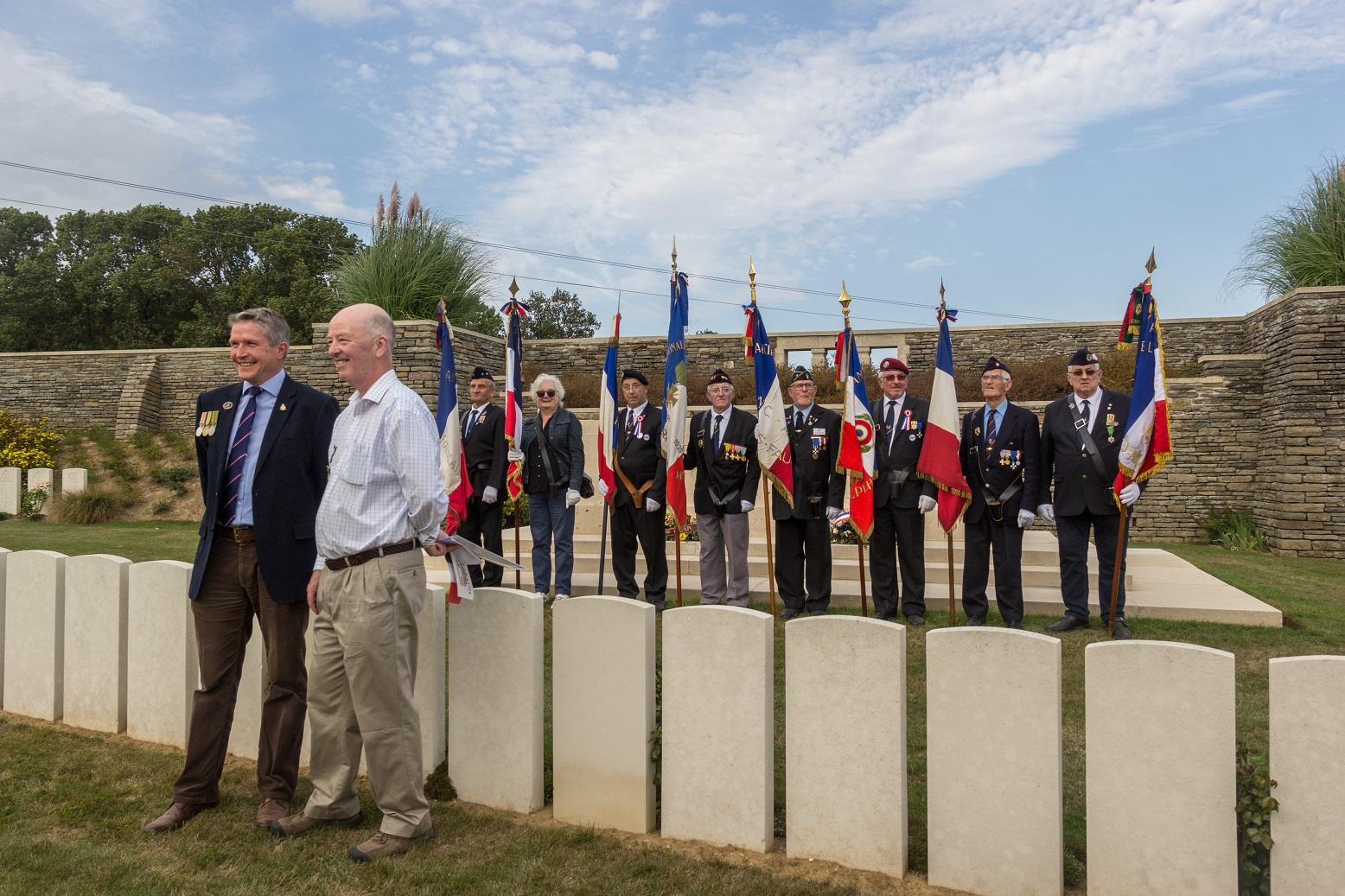 Un britannique et un Tasmanien apprécient cette cérémonie en l'honneur de leurs ancêtres