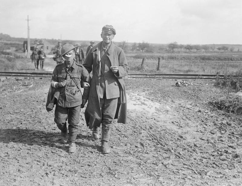 Un soldat allemand prisonnier soutient un blessé anglais