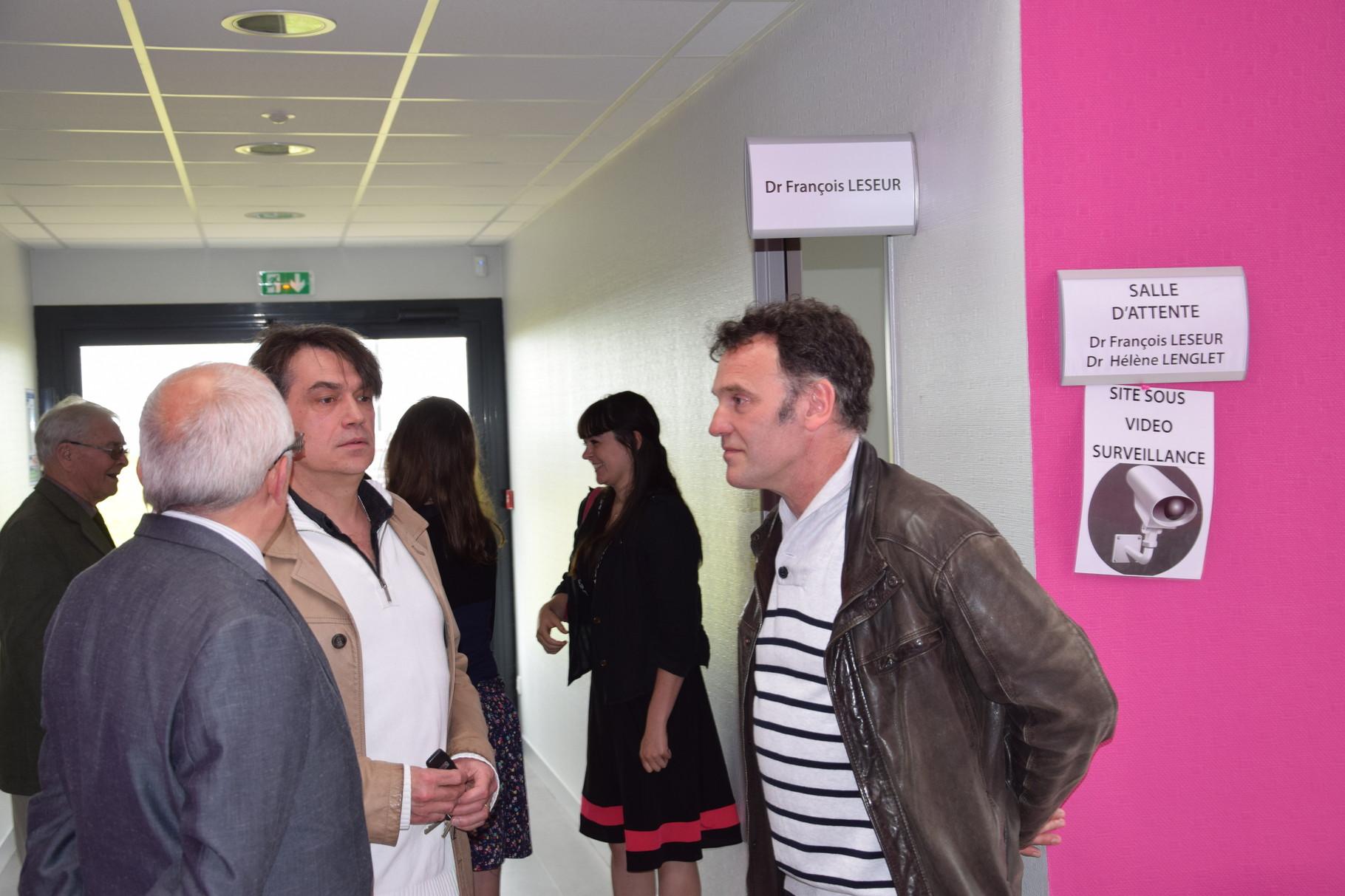 Les docteurs Brassart et Leseur échangent avec le docteur Vassant de Roisel.