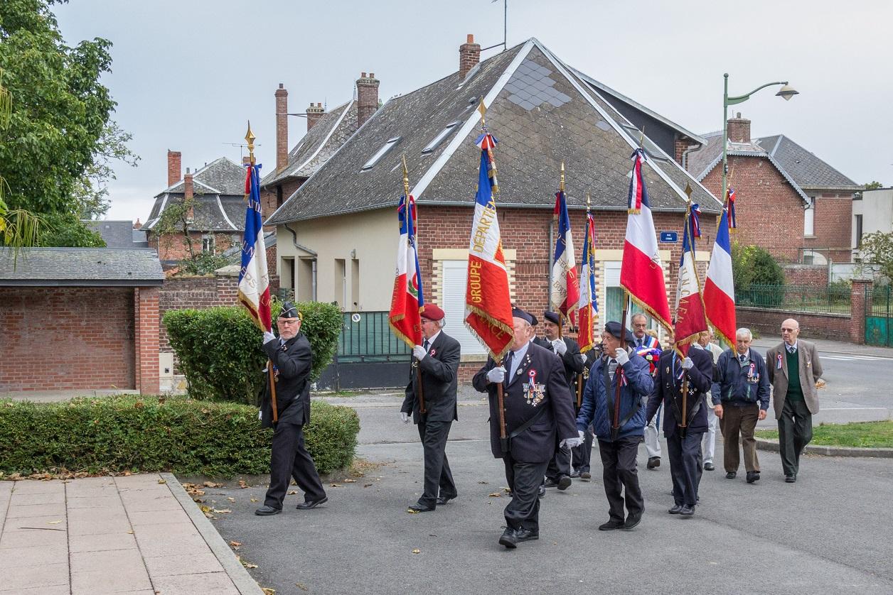 Les porte-drapeaux vont d'abord au monument aux morts