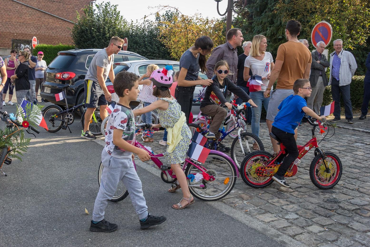 Des enfants ont fleuri leur vélo