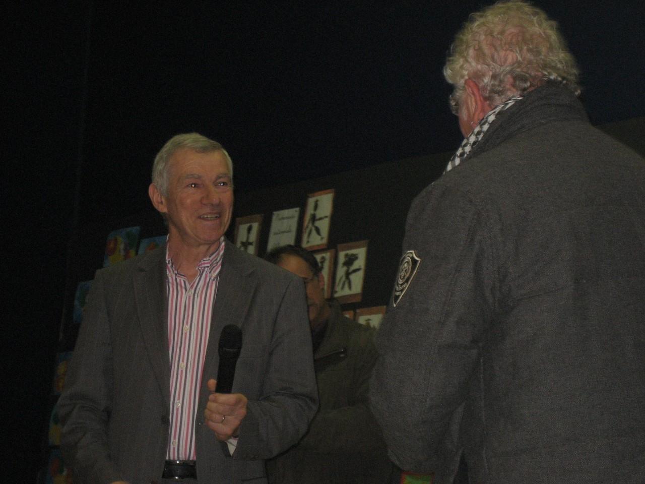 Monsieur Blondelle, président de la Communauté de Communes remet le prix de l'Assemblée Nationale à M. Dewaele