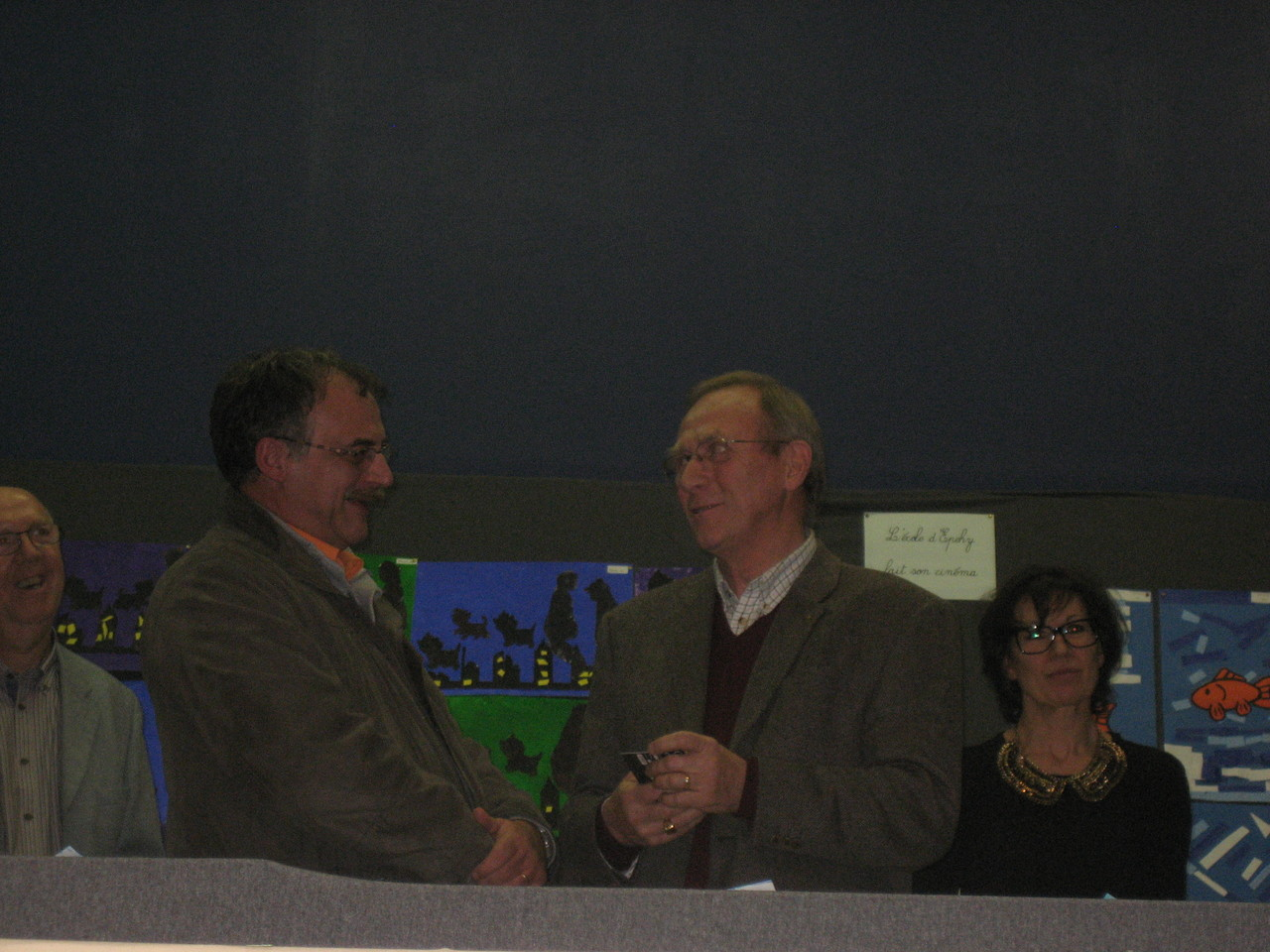 Monsieur le Maire remet le prix de la municipalité à M. Jacques Fouquet