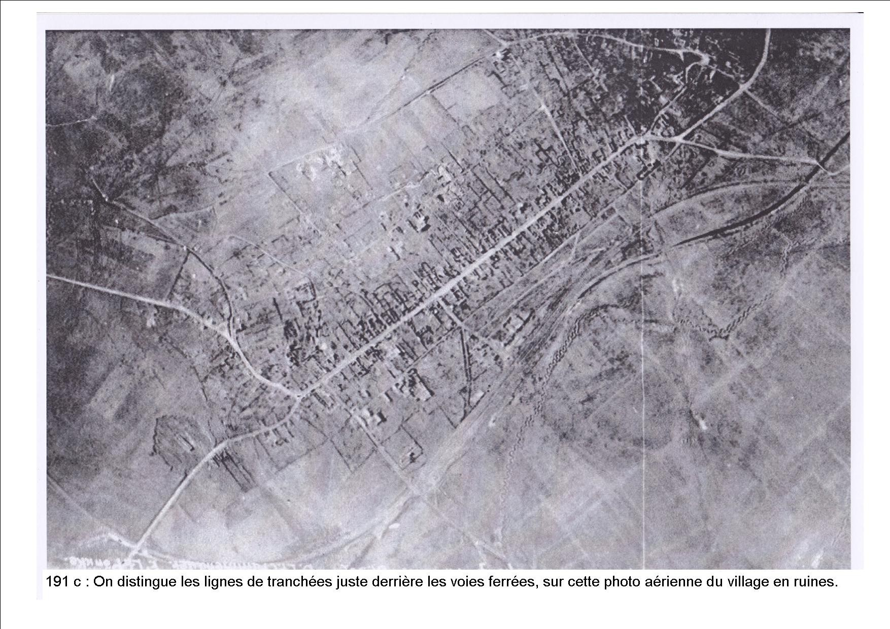 photo aérienne du village détruit. On voit les lignes de tranchées derrière la voie ferrée