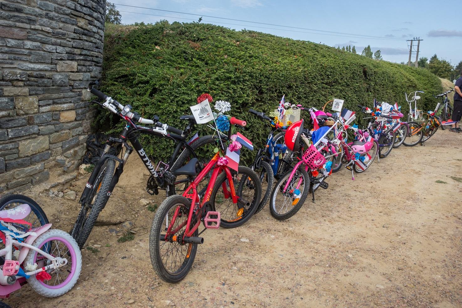 Les vélos sont laissés à l'entrée du cimetière