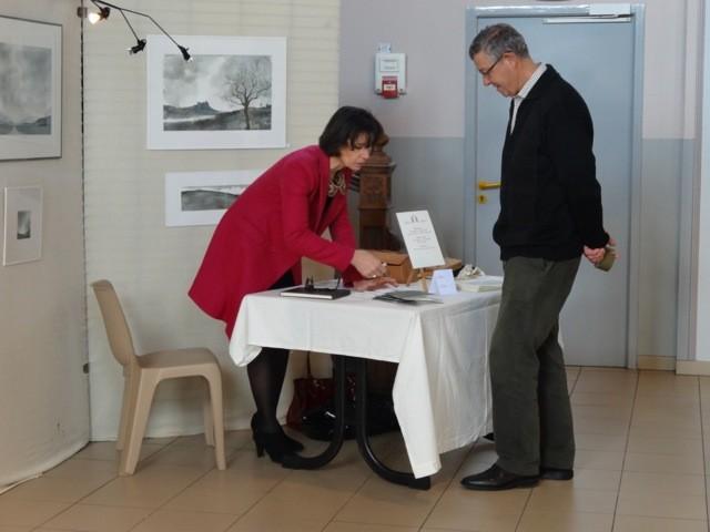 Monsieur Prévot s'intéresse aux livres de nouvelles entièrement fait à la main de madame Lalonde. Ils sont écrits à la plume et illustrés à l'aquarelle