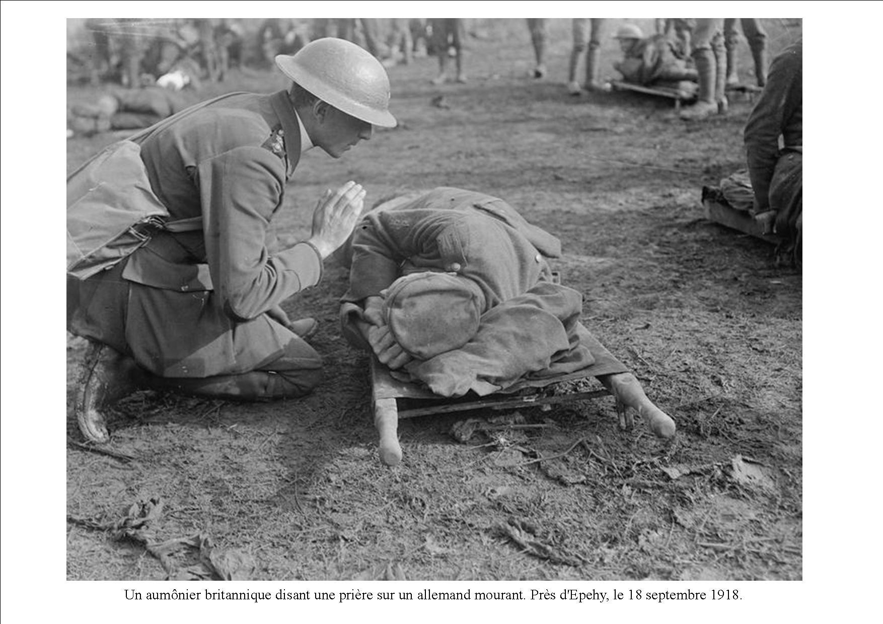 Le 18 septembre 1918. après les durs combats, un aumonier anglais prie pour un soldat allemand mourant