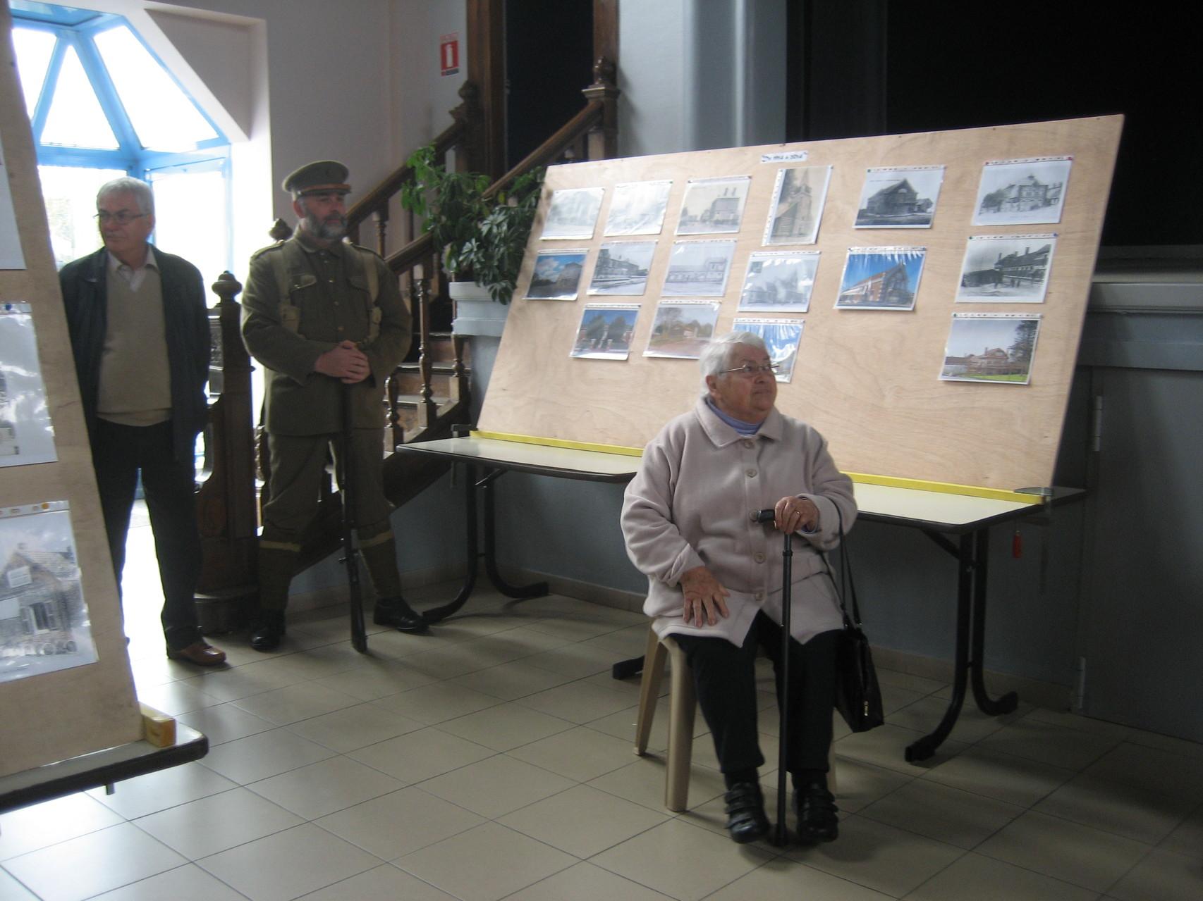 Madame Saunier pendant les discours. Au fond Olivier a revêtu l'uniforme d'un soldat canadien d'époque.