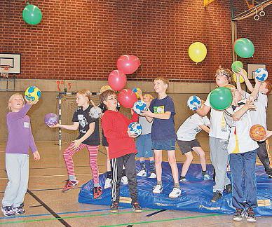 Beim Handballcamp des tuS Altwarmbüchen balancieren die kinder Luftballons mithilfe von Handbällen. So soll die Augen-Hand-koordination geschult werden. Knoche