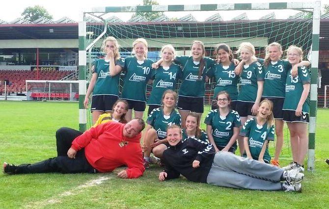 Die weibliche C-Jugend vom TuS Altwarmbüchen freut sich über den 3.Platz beim Turnier in Bothfeld