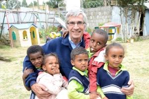 André Plank mit Waisenkindern der ACEDE