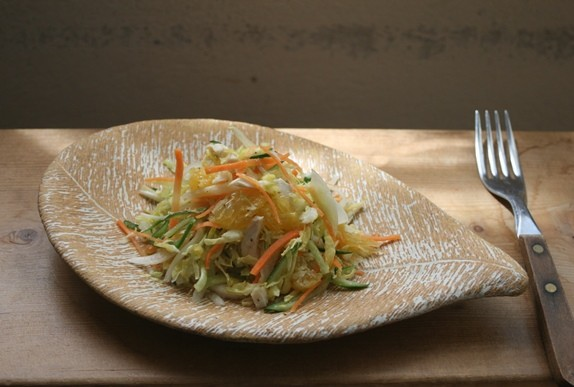 夏みかんと千切り野菜のサラダ / ひと葉皿 掻き落とし・焼き締め