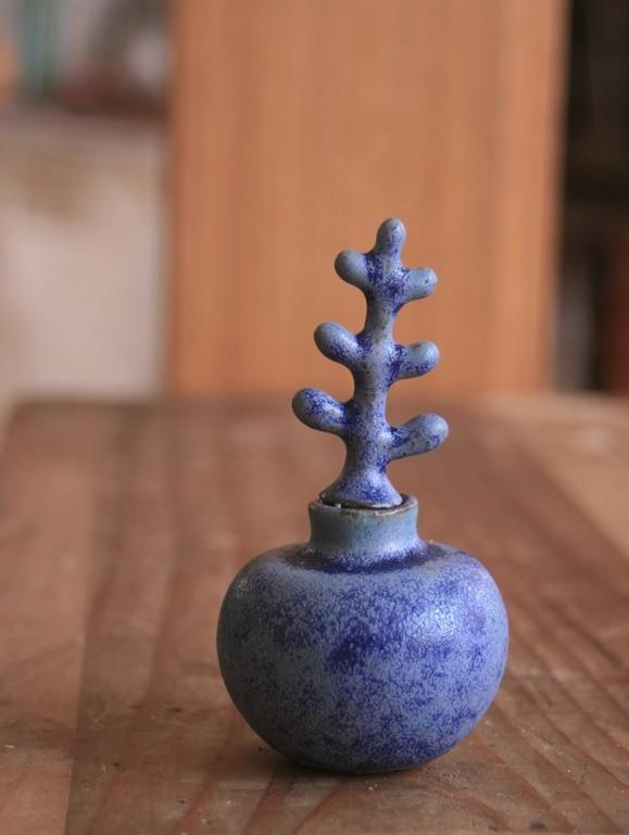 青い芽の出る花入れ