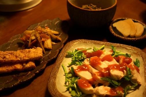 蒸し鶏の梅肉だれ、カリカリおあげさん、極太黒きんぴら  / 丸角四方皿、葉あわせ皿