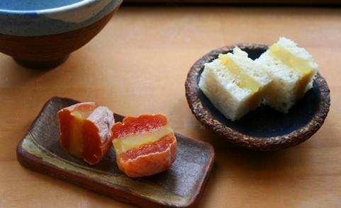 きんとんサンド、きんとん干し柿サンド / 手のひら長皿、濃青丸小皿
