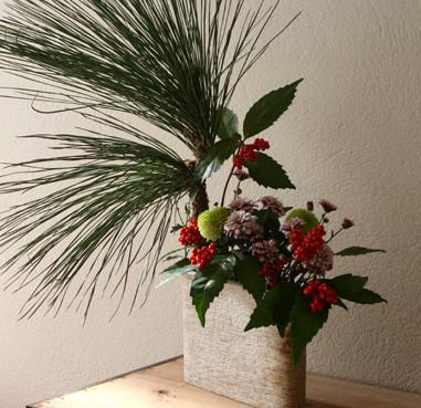 正月の花 大王松、南天、菊 / 薄長長方花入れ横掻き落とし