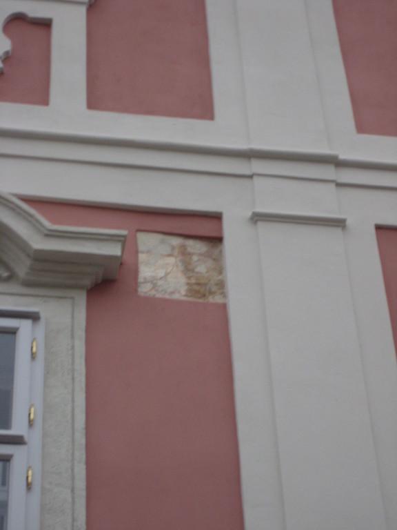 Fassadenrelikt in neuer Fassade