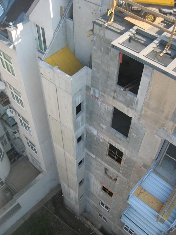 Fassade Hof Aufzugsschacht neu