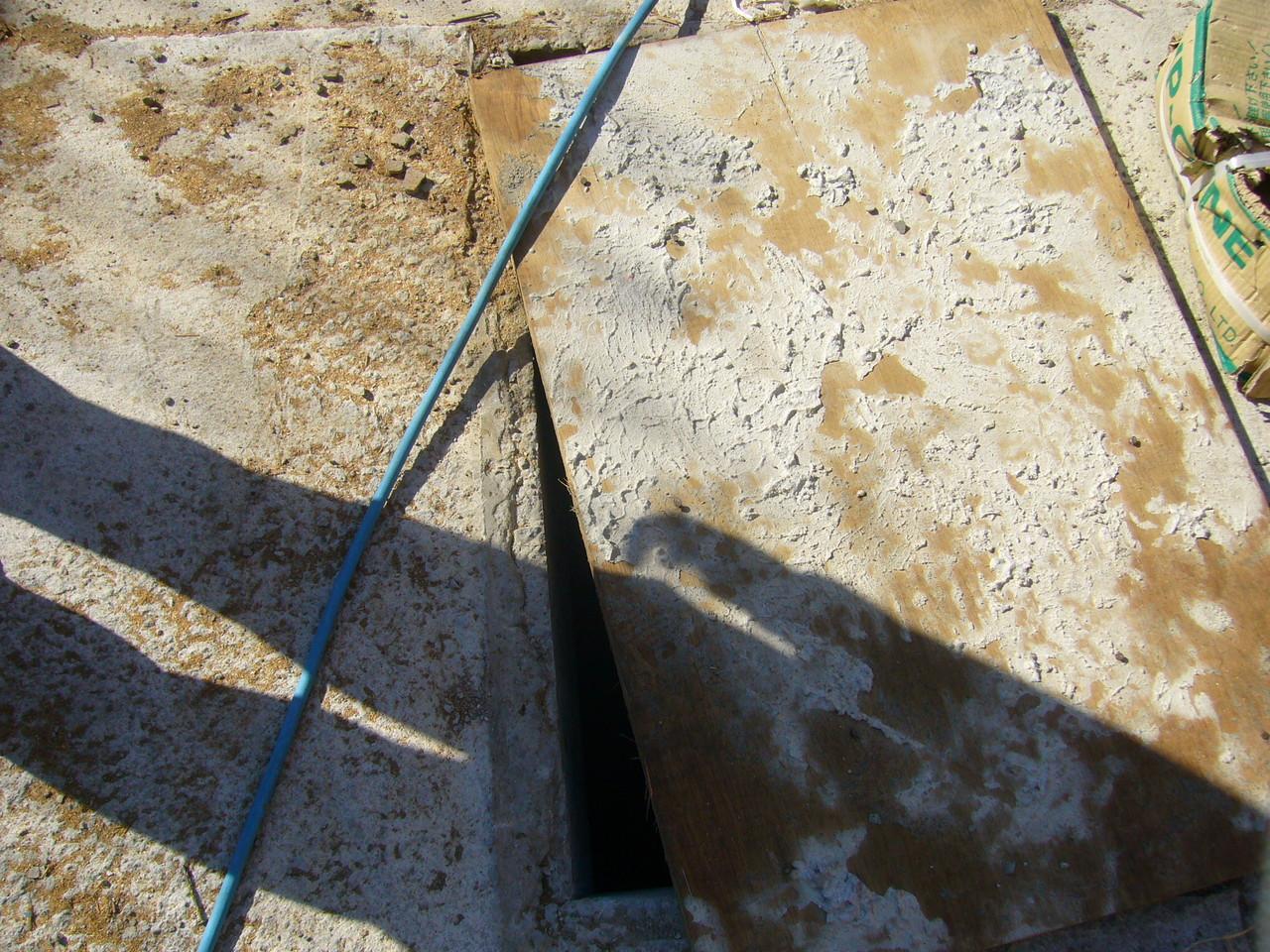 地下ピットへの入り口の蓋が開いている 酸欠対策なし