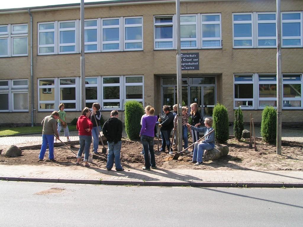 Projektwochen 2008 RHT - Neubepflanzung des Eingangsbereichs