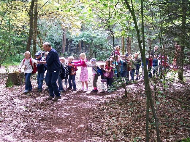 Herr Bosse führt die Schlange in den Wald