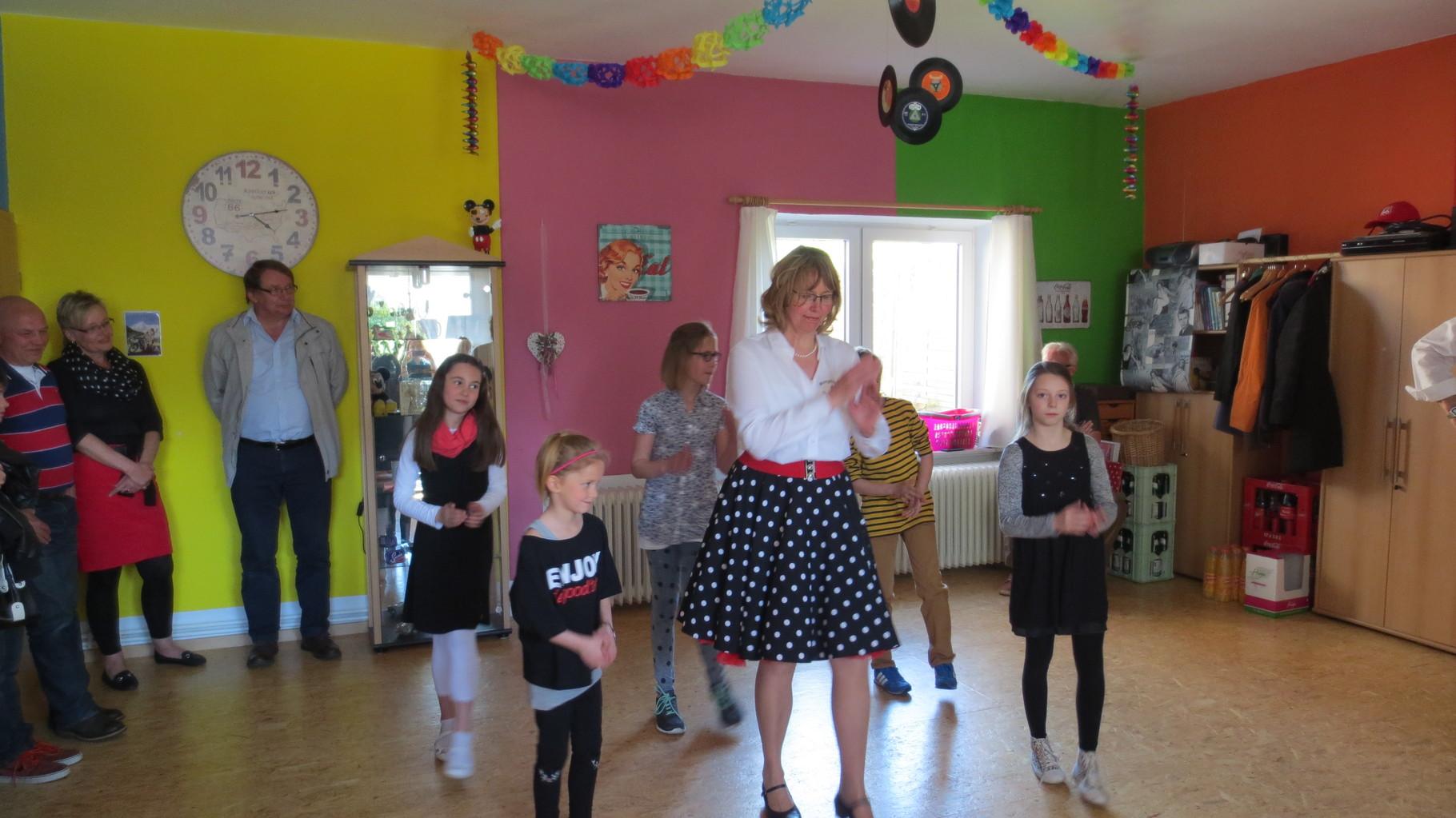 Sabine tanzt mit Kindern der Tanz-AG