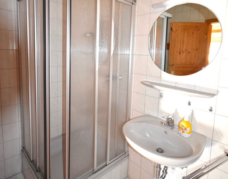Bad mit Dusche, Ferienwohnung 1