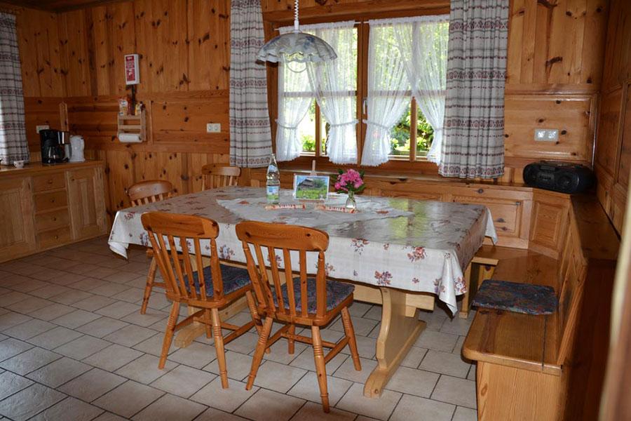 Essbereich mit Küche und Eckbank in Ferienwohnung zwei