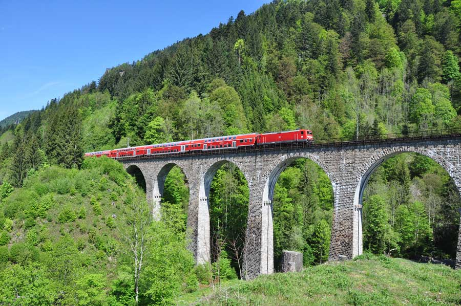 """Schwarzwaldbahn und Ravennaschlucht, die """"Höllentalbahn"""" überquert das fast 30m hohe Viadukt"""