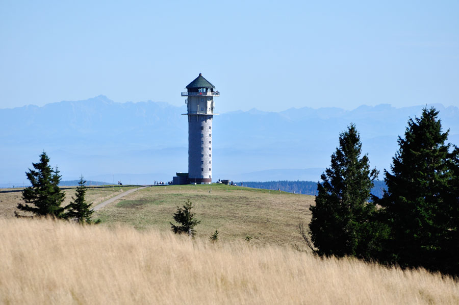 Feldbergturm auf dem höchsten Gipfel im Schwarzwald mit vielen Wandermöglichkeiten