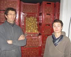 photo de Thierry et Sophie devant les kiwis