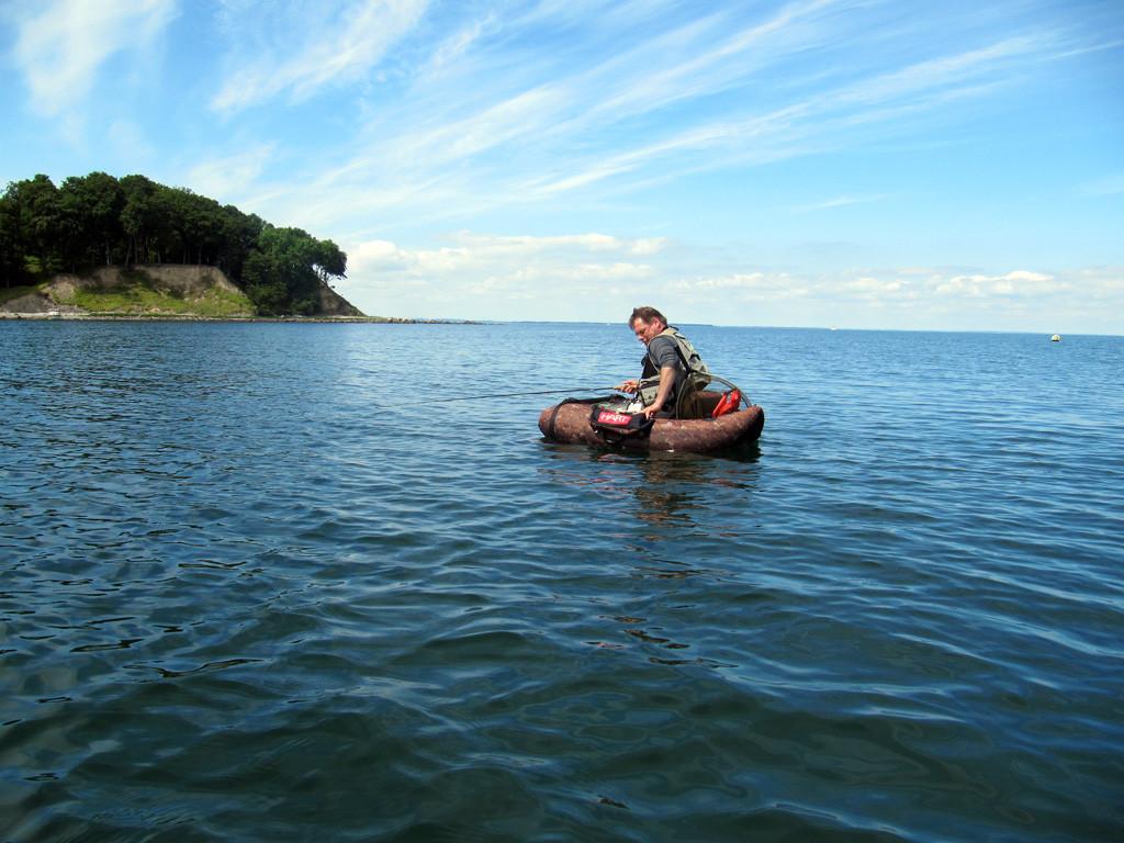 weit vor der Insel Aebeloe im Bellyboot
