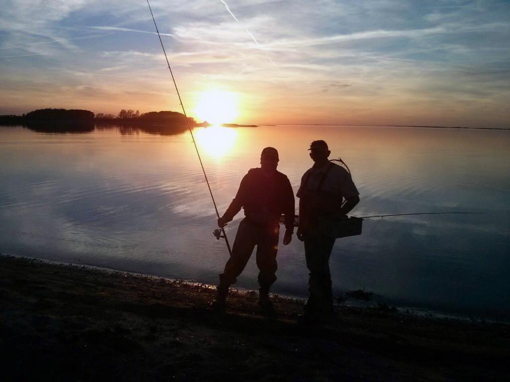 mein Angelfreund Michael links und ich rechts Sonnenuntergang Fyn