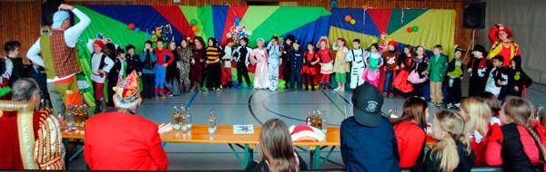 Viele Klassen führten Lieder, Tänze und Sketche auf.