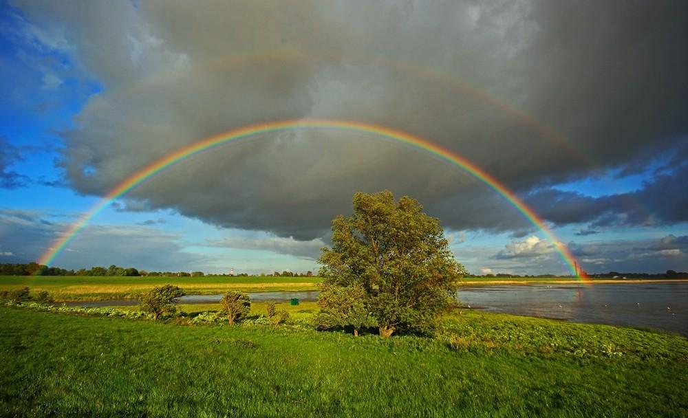 Hinter dem Regenbogen warten.....