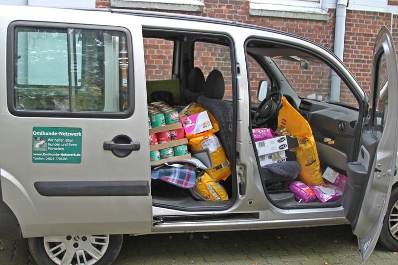 Ein Auto voll Futter für die Tiertafel Itzehoe