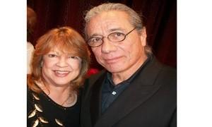 Palmira Ubinas con el cineasta Eduard James Olmos en ocasion de entregarle el Premio Honor Patrio por su trabajo en pro de los derechos humanos y como actor de Hollywood