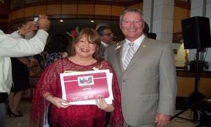 Palmira Ubinas recibe del Alcalde de Orlando, Buddy Dyer, un Reconocimiento de Viva Florida 500 por su labor en pro de las artes y la cultura hispana