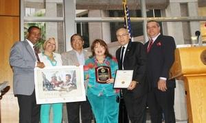 Palmira Ubinas (al centro) recibe del Presidente de la Casa de la Herencia Dominicana de Cultura, Victor Toribio, una placa por su ejecutoria en las artes y cultura hispana